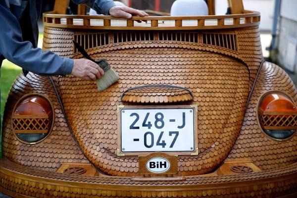 عجوز حول سيارته الى تحفة خشبية 1