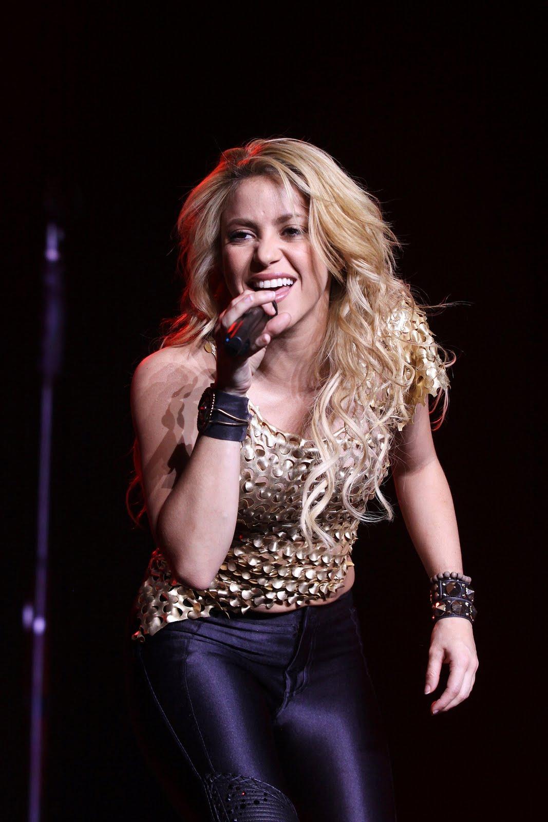 Galería » Apariciones, candids, conciertos... 78331_Shakira_PerformingliveinAssagoForuminMilanItalyMay32011_By_oTTo2_122_80lo
