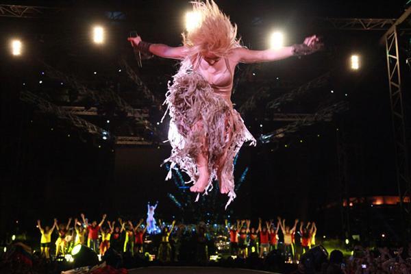 Galería » Apariciones, candids, conciertos... - Página 2 Shakira-performing-biel-beirut-lebanon_634421014437276479_PhotoGalleryMain