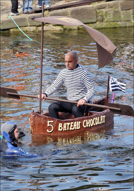 الإبحار في قوارب من الشوكولاتة بجنوب فرنسا  Choco_boat14