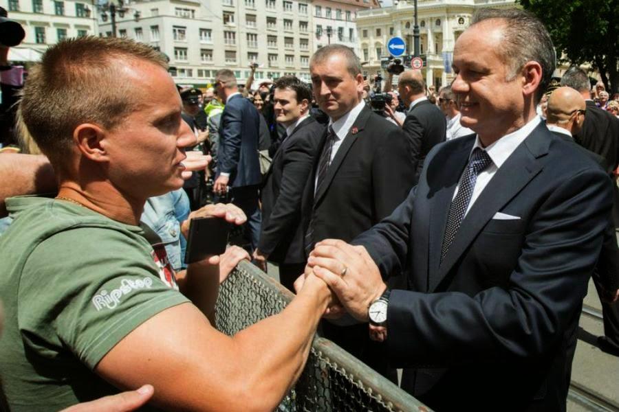 SLLOVAKI – Presidenti, Andrej Kiska jep pagën e parë në ndihmë të të varfërve Andrej_kiska_epa_main