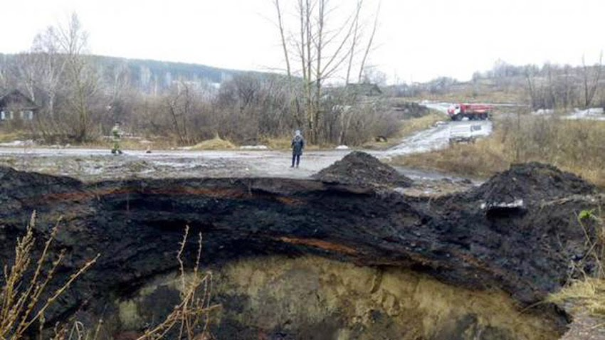 MONUMENTAL GEOLOGICAL UPHEAVALS: Planetary Transformations - Mysterious Giant Sinkholes Emerge In Siberian Village?! Siberia_sinkholes03