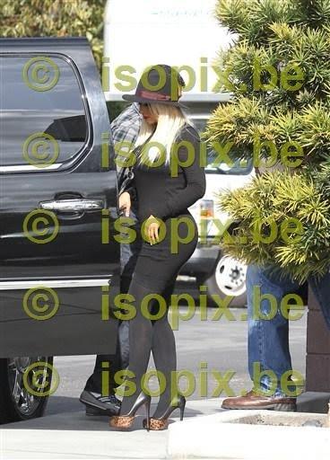 [Nuevas fotos] Christina en un filme en Starbucks Cafe [12/Abril] 12%257E1