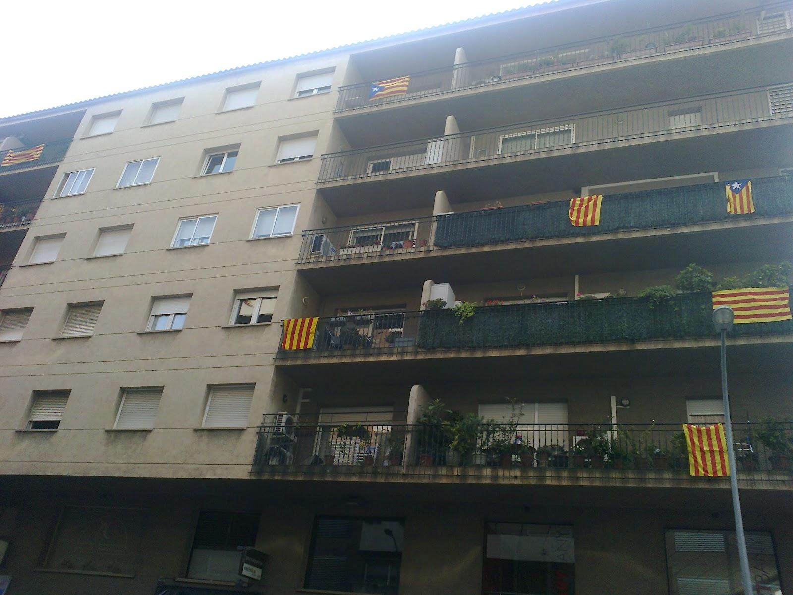 ¿Hasta cuando tendremos que ver banderas separatistas en los balcones de Barcelona? Foto0150