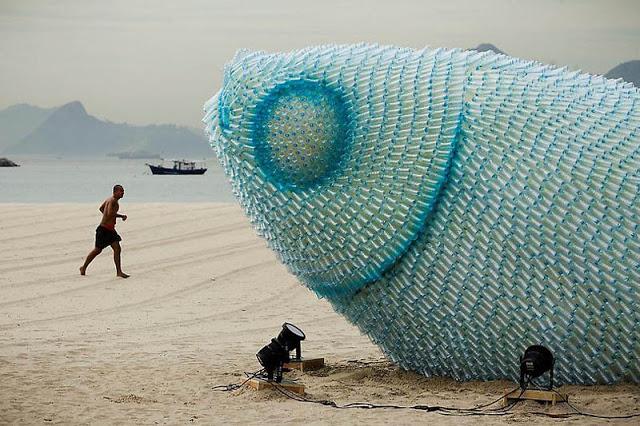 ثلاث أسماك عملاقة على شواطئ بوتافوغو في البرازيل Giant-fish-made-from-plastic-bottles-rio20-botafogo-beach-2