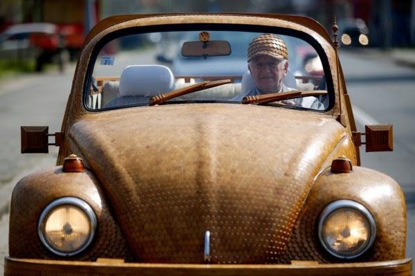 عجوز حول سيارته الى تحفة خشبية 6