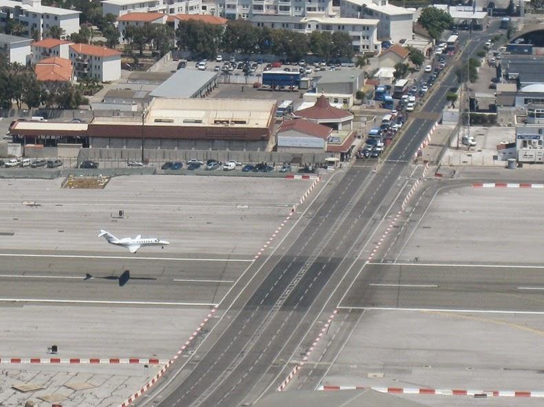 بالصور .. أغرب مطار مدني في العالم 2