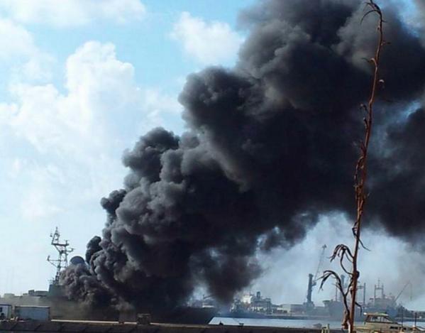 متابعة مستجدات الساحة الليبية - صفحة 2 Heavy%2Bfighting%2Bnear%2BBenghazi%2Bseaport%2B%2C%2BLibyan%2Bnavy%2Bship%2Bhit