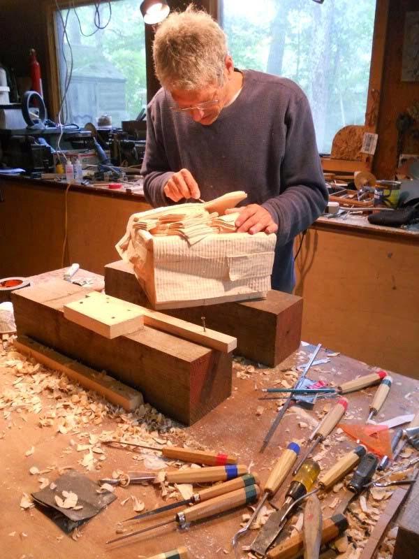 فنان يصنع النقود من الخشب 1