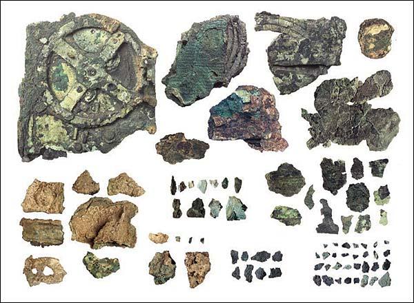 5 artefatos antigos que continuam intrigando os cientistas. Antikythera_mechanism_remains