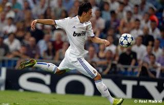 مسعود أوزيل يلعب بحذائين مختلفين فى المباراة  Ozil