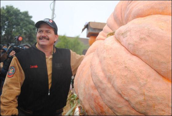 أمريكي يفوز بـ11 الف دولار بعد زراعته اكبر يقطينة تزن 773 كغم Biggest_Pumpkin_02