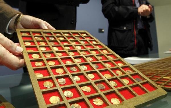 Monedas andalusíes han sido halladas en una calle de Murcia Monedas-de-oro-calle-jabonerias-Murcia