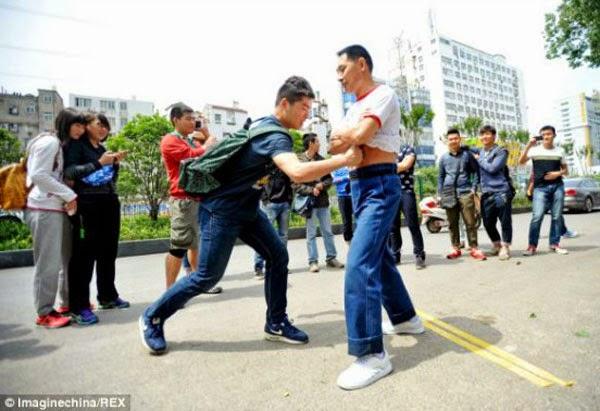 صيني يحول جسده الى كيس ملاكمه 2