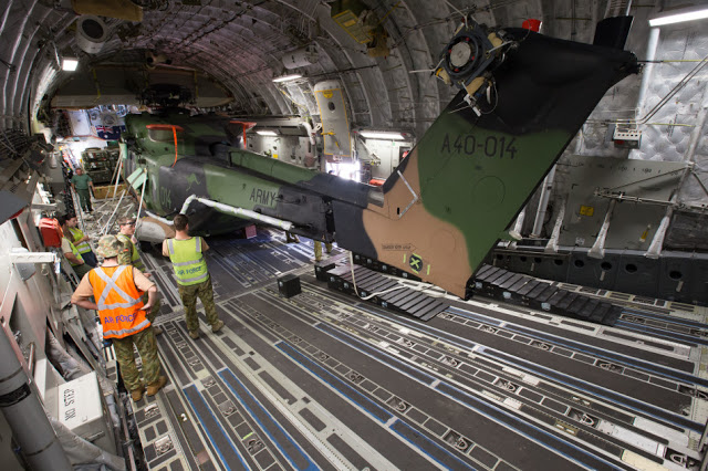 Austrália - Página 4 C-17A%2Beasily%2Bfits%2Bin%2BMRH90%2Bhelicopter%2Bfor%2Bthe%2BAustralian%2BArmy%2B7