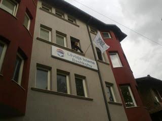 Partia LISBA dhe disa imamë refuzojnë simbolet shqiptare, flamurin kombëtar. Largea_bashkohu1371139337