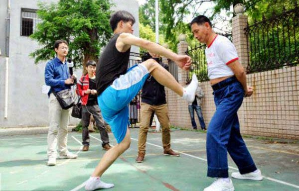 صيني يحول جسده الى كيس ملاكمه 1