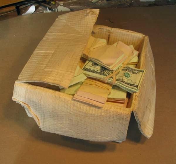 فنان يصنع النقود من الخشب 7