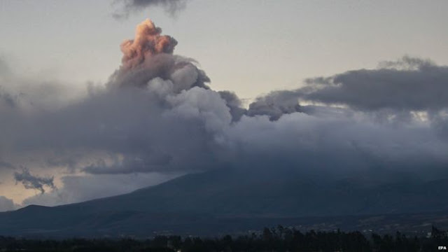 It's one of the world's most dangerous volcanoes: Ecuador's colossus Cotopaxi volcano declared a state of emergency!  _84918371_84917865