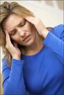 14 نوعا من الصداع.. كيف تتغلب عليها؟  Headache-woman