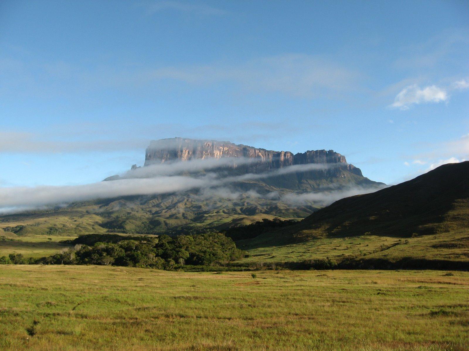 அழகு மலைகளின் காட்சிகள் சில.....02 - Page 2 Mount_Roraima-tz