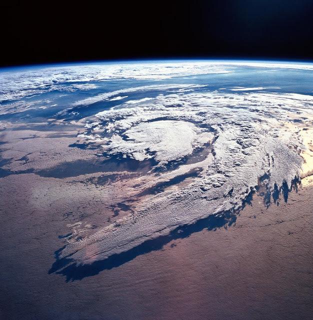 6 ظواهر مناخية عجيبة Weather-systems-above-earth-stockbyte