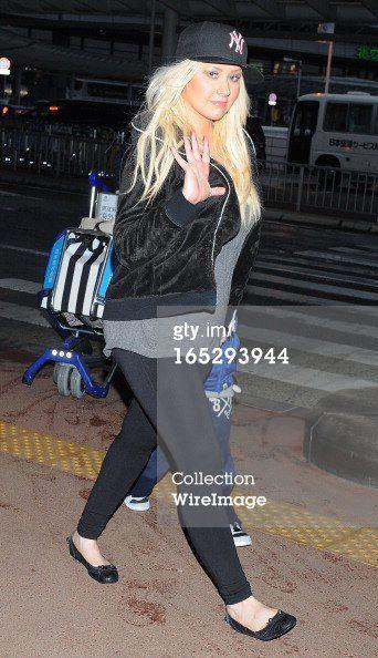 [Fotos] Christina Aguilera Llegando al Aeropuerto de LAX! (2/04/13) 482769_356352461135875_1374992037_n