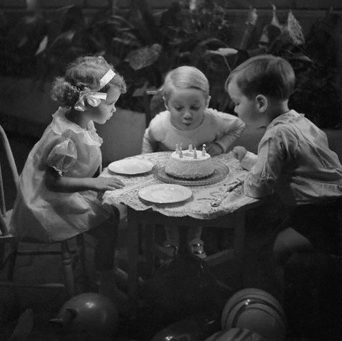 Tantissimi Auguri - Pagina 2 Little_kids_blowing_out_birthday_cake_by_Foxtongue_at_flickr