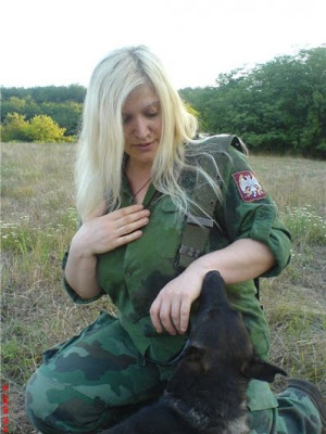 Le kaki au féminin - Page 2 Military_woman_serbia_army_000014_jpg_530
