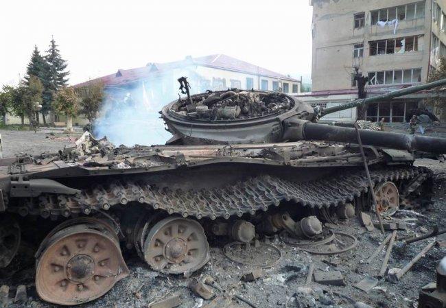 ساعة الصفر تقترب : حرب إسرائيلية سورية لبنانية إيرانية  من المنتصر - صفحة 2 Destroyed%2BT-72BV%2BMBT%2Bin%2BGeorgia-04-756074
