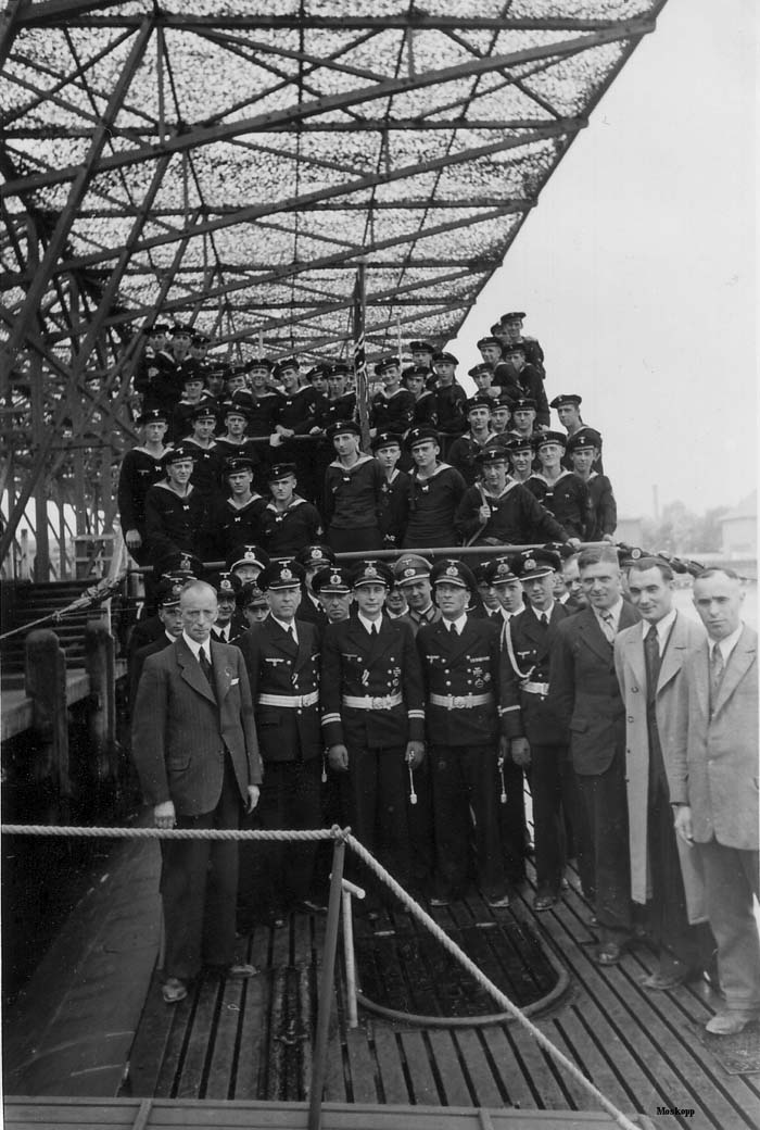photos de sous-marin et de leur équipage U-476%2Bat%2Btheir%2Bbase%2Bat%2BKiel%2B28.5.43