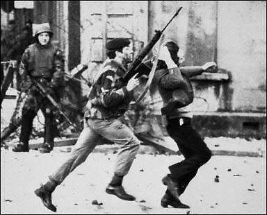 Conflicto de Irlanda del Norte: Domingo Sangriento (1972) BloodySundayRunningSoldier