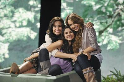 [Net/Brésil/Septembre 2010] (BlogTeen) Les 50 clips préférés de Selena Gomez. Miley-cyrus-selena-gomez-demi-lovato-disney-green-initiative