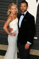 """Kelly Ripa """"2015 Vanity Fair Oscar Party hosted by Graydon Carter at Wallis Annenberg Center for the Performing Arts in Beverly Hills"""" (22.02.2015) 48x  E6REkBuu"""