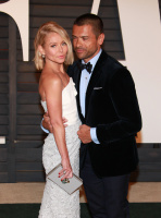 """Kelly Ripa """"2015 Vanity Fair Oscar Party hosted by Graydon Carter at Wallis Annenberg Center for the Performing Arts in Beverly Hills"""" (22.02.2015) 48x  KMH509jC"""