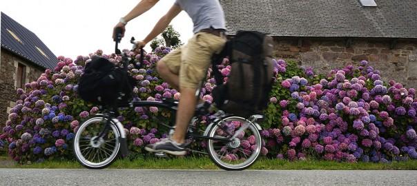 Fixer un sac à dos de rando sur le porte-bagage arrière d'un Brompton Bretagne-fond2-604x270