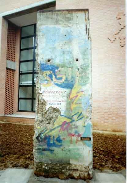 25ème anniversaire de la chute du Mur de Berlin : pans du Mur de Berlin disséminés sur la planète - Page 2 Berlino%20muro