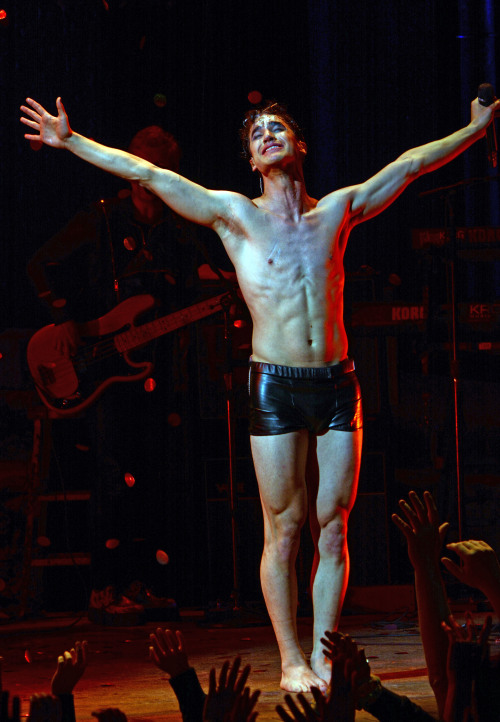 hedwig - Pics and gifs of Darren in Hedwig and the Angry Inch on Broadway. Tumblr_nnlxopWkCG1r4gxc3o2_500