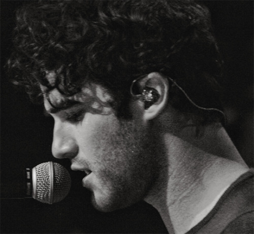 concert - Some of my favorite past photos/gifs of Darren Tumblr_nxawnp1NMF1qg63t2o1_500