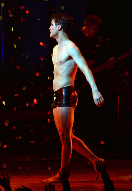 darrenishedwig - Pics and gifs of Darren in Hedwig and the Angry Inch on Broadway. Tumblr_nnlxopWkCG1r4gxc3o1_500