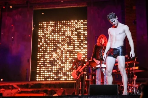 "hedwigram - Pics, gifs, media videos, curtain call videos, stage door videos, and posts of ""who saw Darren"" in Hedwig and the Angry Inch--SF and L.A. (Tour),  - Page 5 Tumblr_og3dof41KX1uetdyxo1_500"