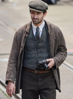 The Guernsey Literary & Potato Peel Pie Society de Mike Newell - Page 2 Tumblr_op1i1uQCcP1um6vqso2_250
