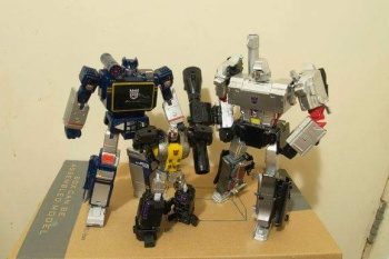 [Fanstoys] Produit Tiers - Jouet FT-12 Grenadier / FT-13 Mercenary / FT-14 Forager - aka Insecticons - Page 2 AIGWm1gh