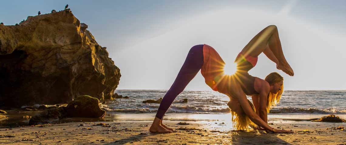 Posizioni yoga e di ginnastica, ridicole o anche serie Yoga-acrobats