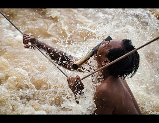 ''Nacionalna geografija'' - Najfotografije Ht_waterfall_fisherman_of_si_phan_don_national_geographic_photo_contest_ll_121129_ssh