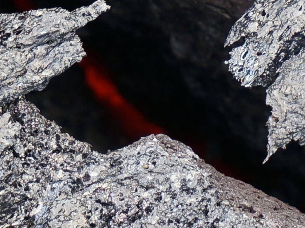 Red Hot Lava Flow Edging Toward Hawaiian Town  Ht_lava_flow_hawaii_01_mt_141024_4x3_992