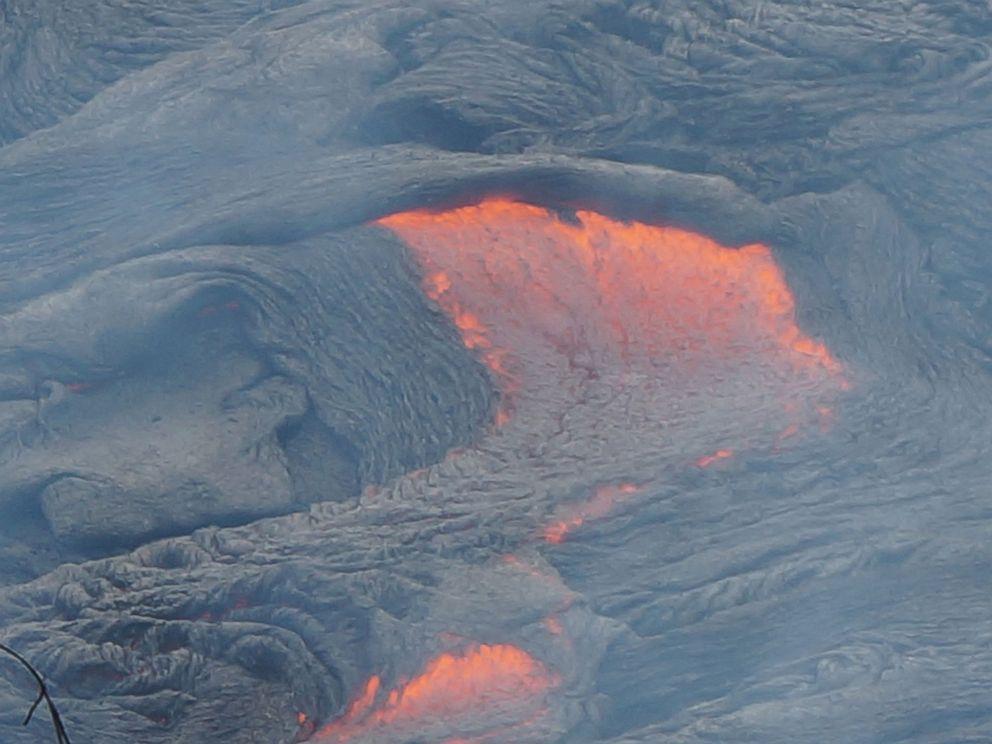 Red Hot Lava Flow Edging Toward Hawaiian Town  Ht_lava_flow_hawaii_02_mt_141024_4x3_992