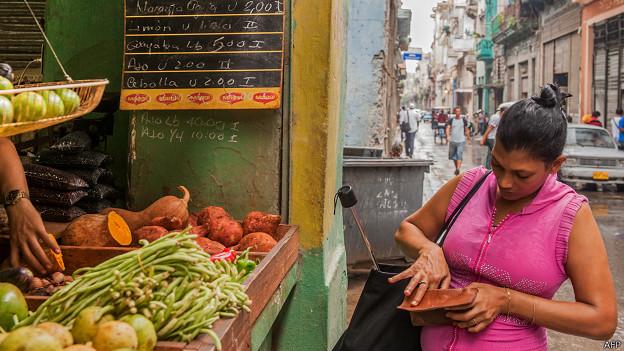 Capitalismo en Cuba, privatizaciones, economía estatal, inversiones de capital internacional. - Página 5 140828120513_cuba_compra_624x351_afp