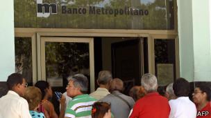 Capitalismo en Cuba, privatizaciones, economía estatal, inversiones de capital internacional. - Página 5 140904115213_cuba_banco_304x171_afp