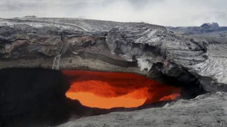 ¿Es posible detener la lava de un volcán en erupción? 140911120923_lava_tubo_464x261_ap